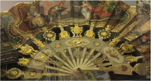 Fan from 1770; the ivory sticks are carved with urnes, putti and roundels.