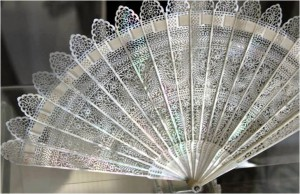 True elegance: mother-of-pearl brisé fan. The sticks are pierced with classical motifs; from 1815.