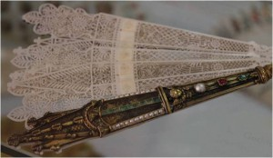 1825-1830: Gothic revival brisé fan with bejewelled gold guards.