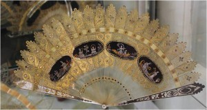 Horn brisé fan 'a la cathedral' from 1825. The sticks are made of mother of pearl and silver and gold foil.