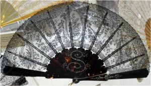 Fan from 1880 – 1890: The leaf is made of Chantilly de Bayeux-lace.