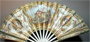 Fan advertising the perfume 'Pompeia' by L.T. Piver, probably from 1907. It is made of wood and paper. The baroque motifs underline the luxurious image of the perfume.